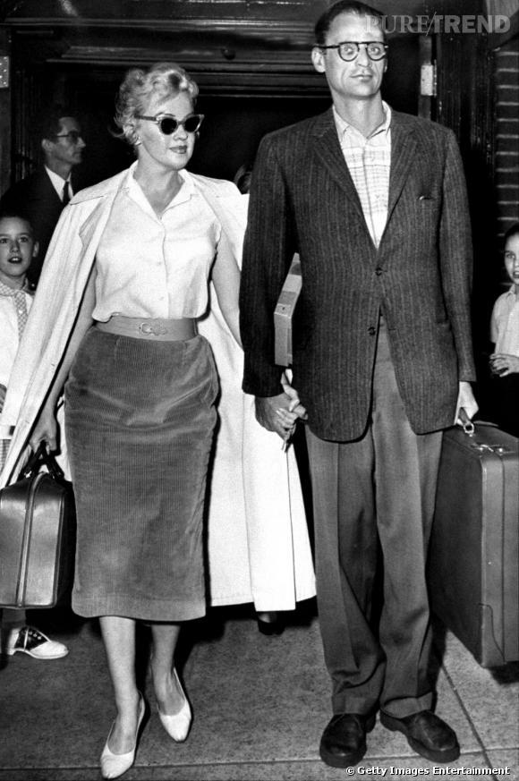 Jupe midi et taille étranglée, Marilyn Monroe en a fait l'une de ses marques de fabrique. Et ça plait visiblement à Arthur Miller, son mari de 1956 à 1961.
