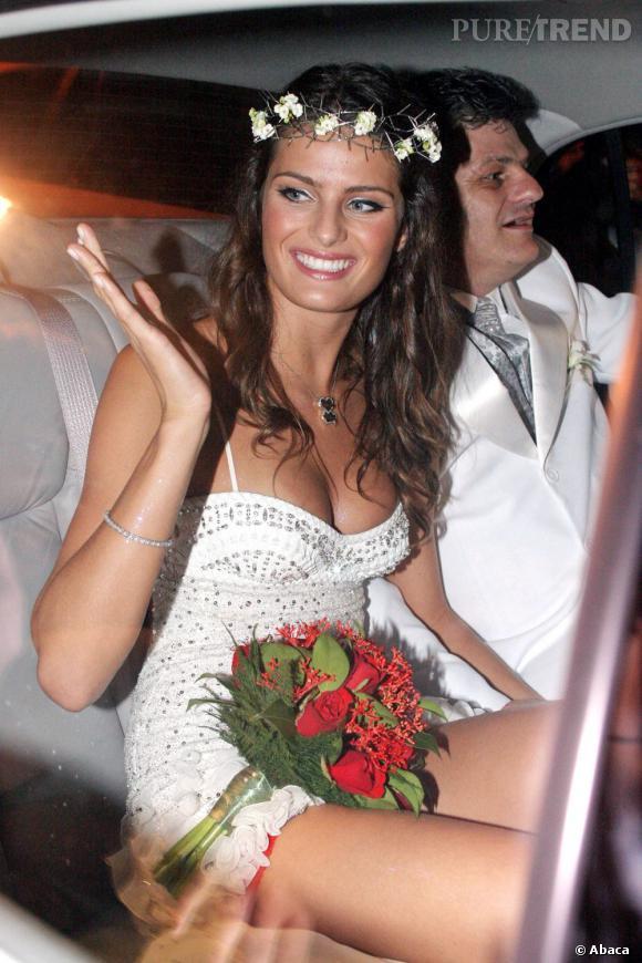 Pour son mariage avec Henri Castelli (non, ce n'est pas l'homme sur la photo), la mannequin Isabeli Fontana ose la robe courte et très décolletée. Elle calme le jeu côté make-up avec un teint doré et des paupières irisées. La chevelure est wavy et décorée d'une couronne de fleurs.