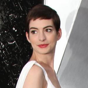 """Anna Hathaway s'est rasé le crâne pour le film """"Les Misérables"""". Elle perd un peu de son charme, vivement que ça repousse."""