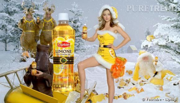 Miranda Kerr est sur tous les fronts... Même lorsqu'il s'agit de vanter du thé au citron dans un déguisement de Mère Noël