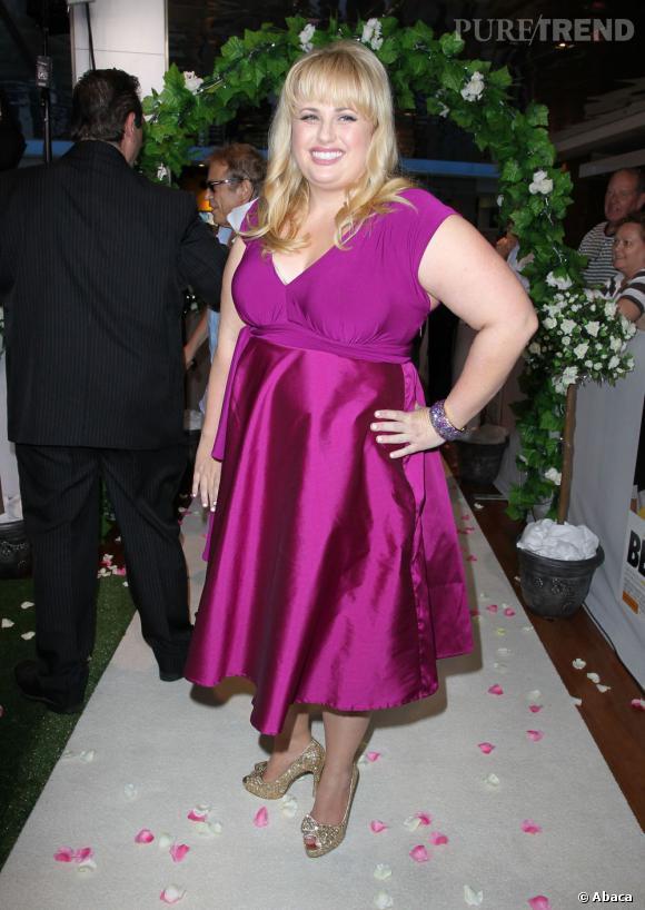 La jolie blonde assume ses formes dans une robe fuchsia pleine de peps