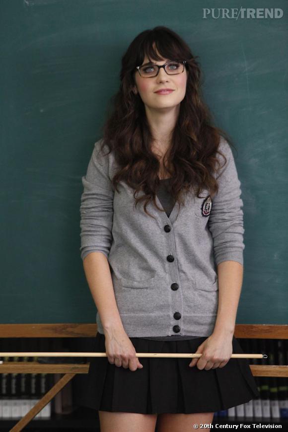 Changement de décor, Jess est à l'école où elle est institutrice. Mais c'est plutôt un look d'écolière qu'elle arbore. Côté beauty look, ses lunettes et ses cheveux lâchés la font plus ressembler à une étudiante.