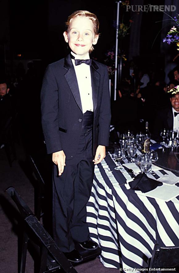 """Avec """"Maman J'ai raté l'avion"""" Macaulay Culkin devient le nouveau chouchou d'Hollywood et l'enfant star le mieux payé de tous les temps. Pas mal pour un gamin de 10 ans. Côté look il porte déjà le costume papillon sur tapis rouge."""