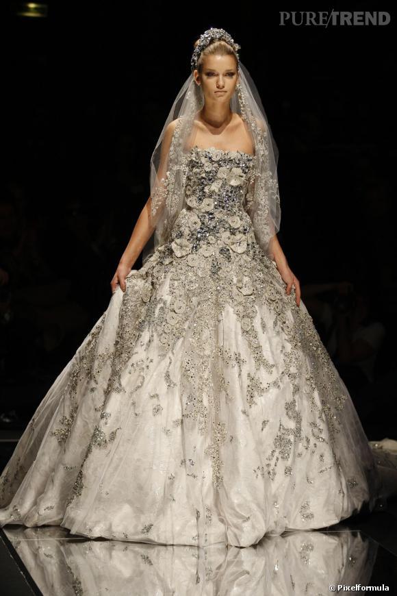 Beauté froide mais romantique pour le défilé Haute-Couture, collection Printemps-Été 2008.