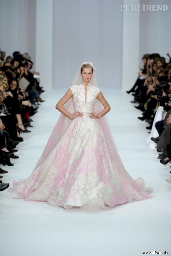 On ose le rose pour la collection Haute-Couture Printemps-Été 2012.