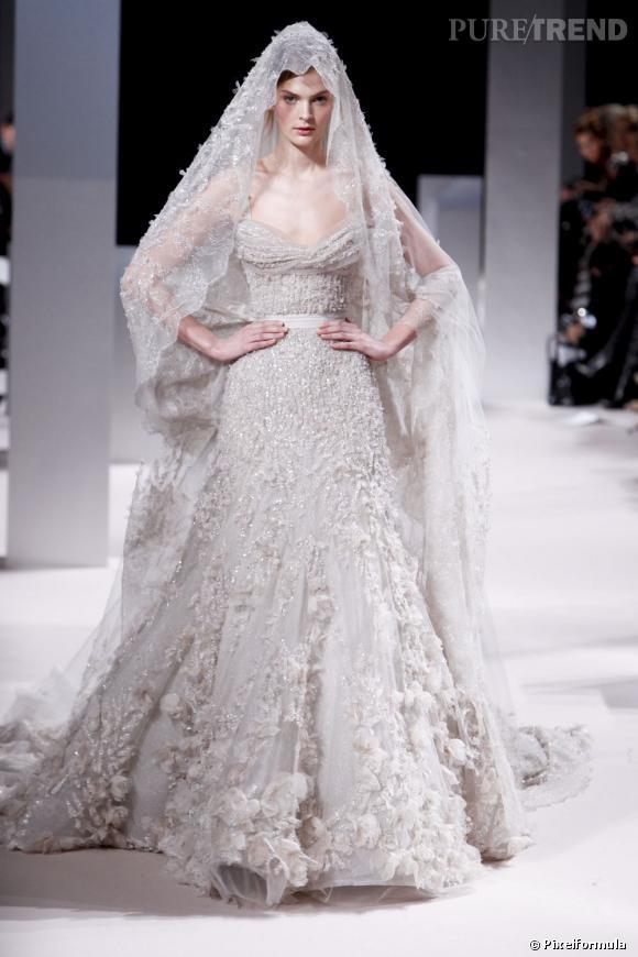 Romantique mais pudique pour la collection Haute-Couture Printemps-Été 2011.