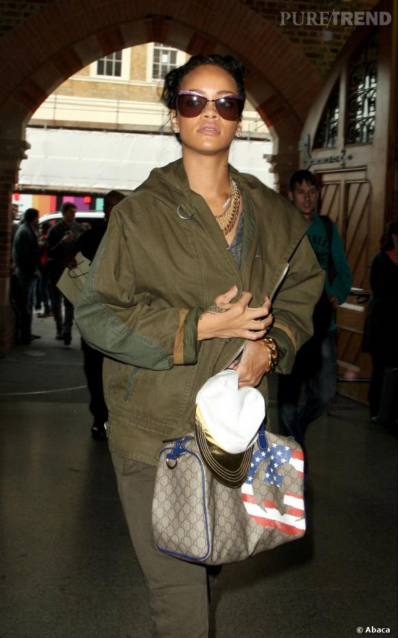 Comme à son habitude, elle porte son sac Boston de la collection USA GG Flag de Gucci.