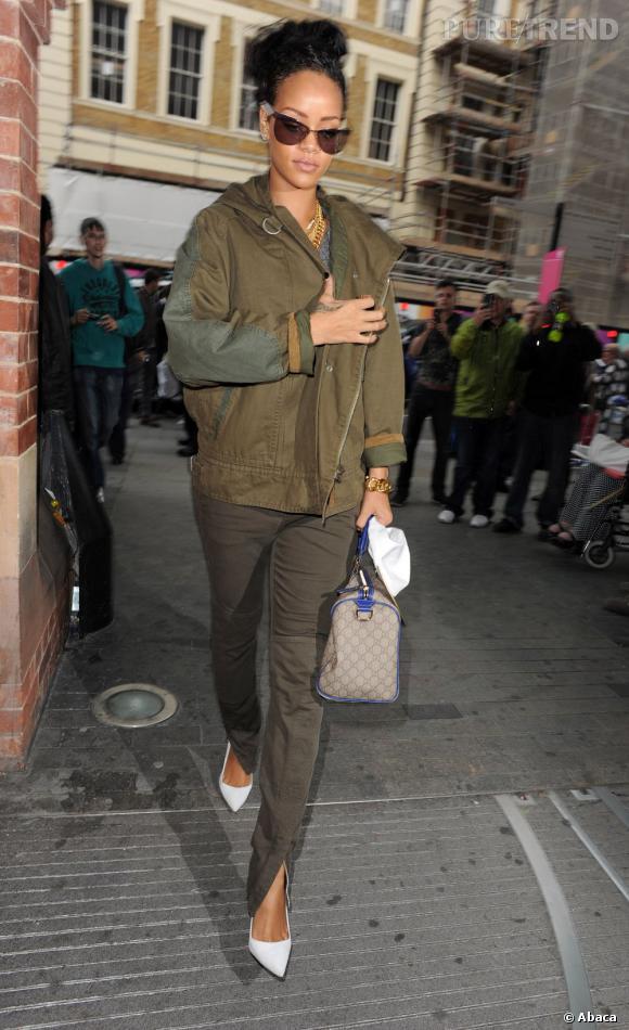 Ensemble kaki mais escarpins blancs, Rihanna mêle trash et chic.