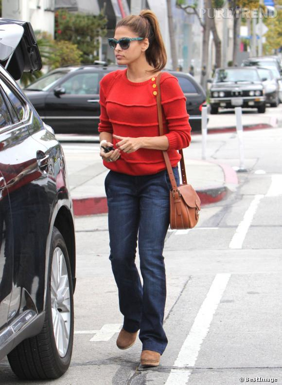 Qu'importe son look, au quotidien, Eva Mendes ne quitte pas le Cartridge Bag de Ralph Lauren Collection