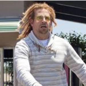 """Dans son dernier film, """"Hit and run"""", Bradley Cooper se défait de son allure de beau gosse et arbore des dread blondes pour le moins improbables."""