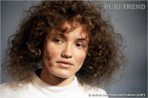 """Dans """"Dans la peau de John Malkovich"""", Cameron Diaz perd tout sex-appeal avec une tignasse frisée et brune pour le moins floue. Une coiffure à ne jamais reproduire dans la vraie vie."""