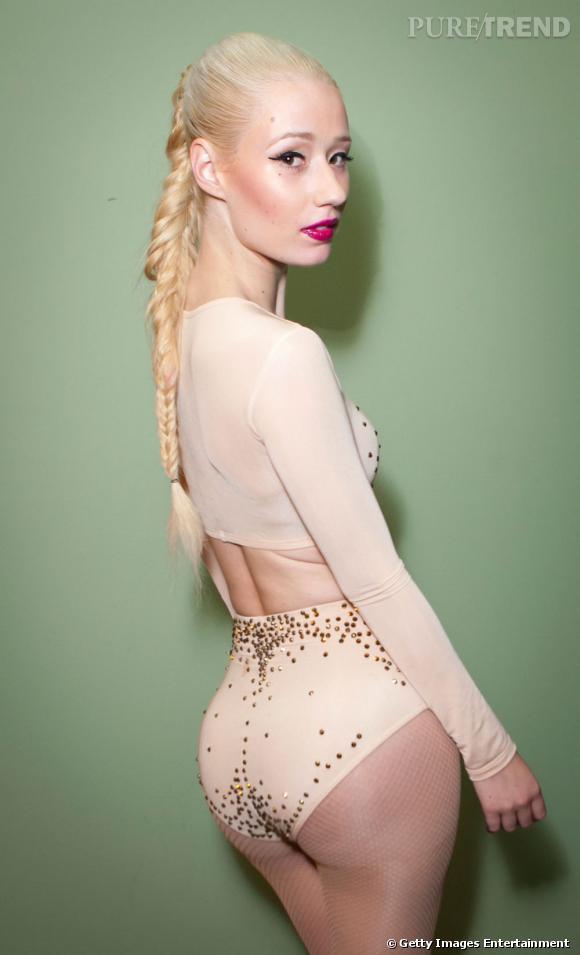 La signature de la rappeuse Iggy Azalea ? Sa longue tresse blond platine...