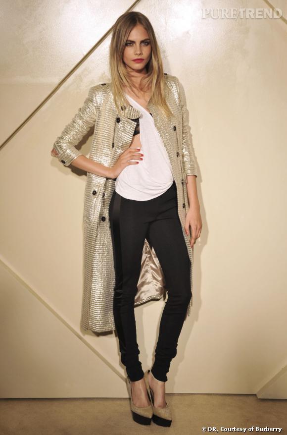 "Cara Delevigne portant un trench de la collection ""Rose Gold""."