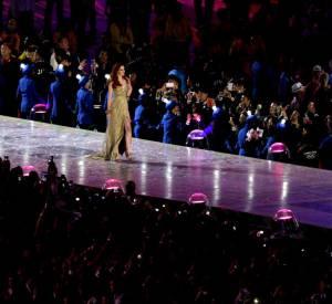 """Karen Elson en robe Burberry """"Rose Gold"""" lors de la cérémonie de cloture des JO de Londres."""