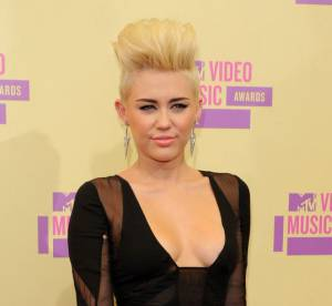 Miley Cyrus vs Kylie Minogue : la robe transparente Emilio Pucci
