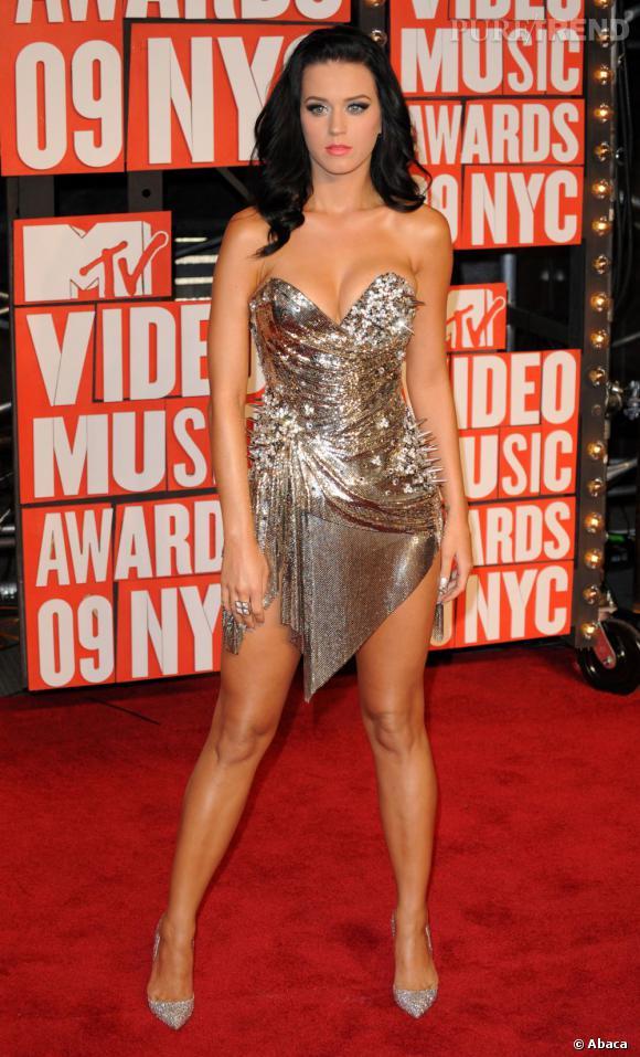 Avec sa robe bustier métallique, Katy Perry ne passe pas inaperçue et avec les piques elle joue en plus les prédatrices.
