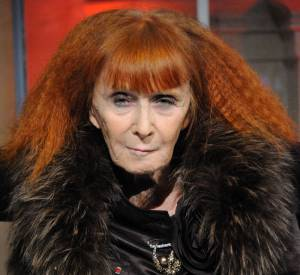 Toute aussi caractéristique, la cheveulure rousse de Sonia Rykiel est plus sombre.