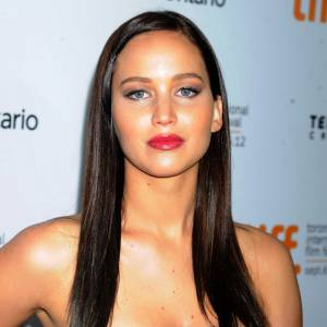 Version brune : Jennifer Lawrence à Toronto est méconnaissable. Avouons franchement qu'elle perd de son charme !