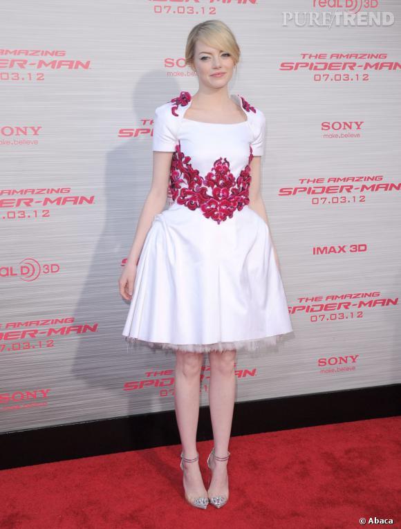 C'est Emma Stone. L'actrice adote les formes babydoll 50's et l'adopte dans toutes les possiblités.