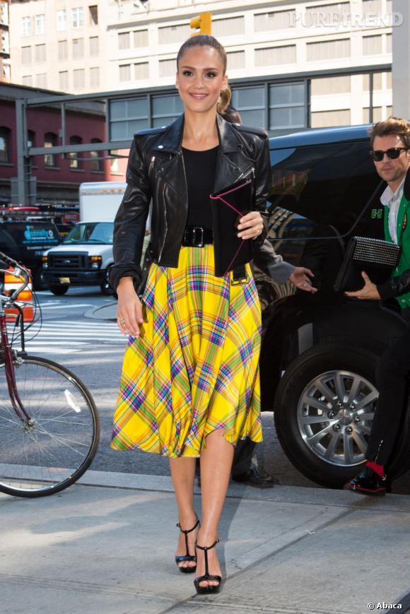 Qui ? Jessica Alba ! On est certains qu'elle va adorer le look de la silhouette de chez Clément Ribeiro... En l'adoptant à sa sauce : escarpins noirs et veste cintrée.