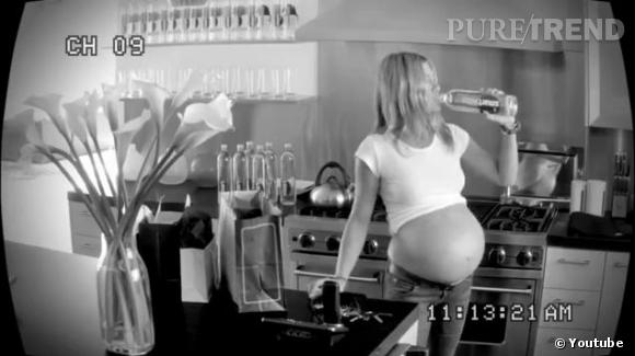 Jennifer Aniston enceinte de triplés pour une pub Smartwater.