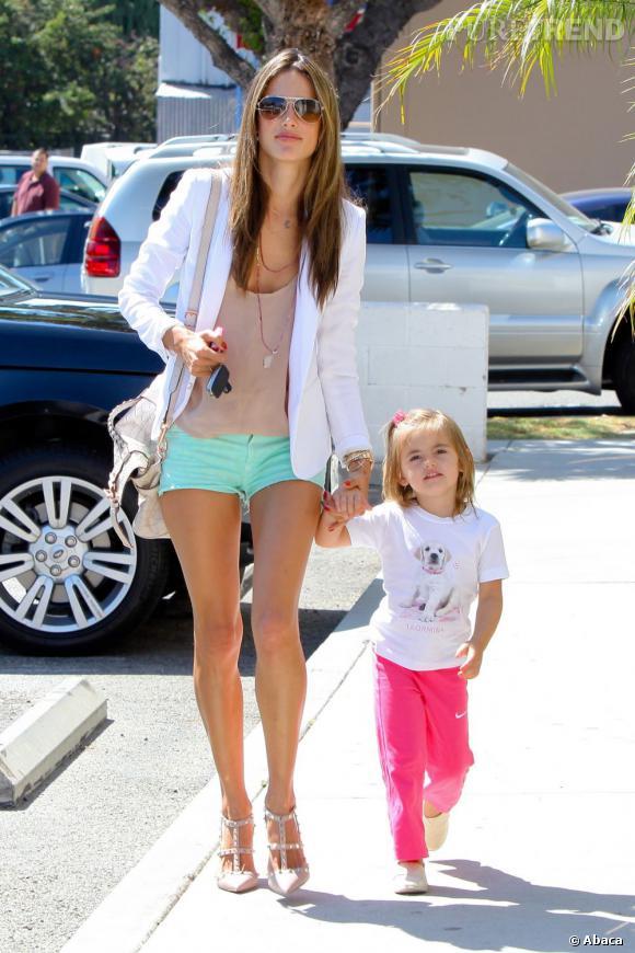 La star et sa mini star ont choisi des couleurs pop pour l'été : un bleu turquoise tirant vers le menthe pour Alessandra et un pantalon rose fluo pour Anja.