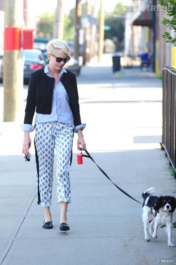 Voilà une autre façon de porter le pantalon imprimé : de manière décontractée, avec une chemise et une petite veste.