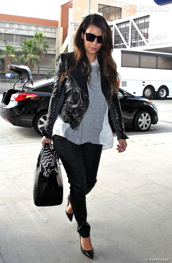 Kim Kardashian choisit un look rock mais chic pour prendre l'avion. Pas question d'enfiler un jogging !