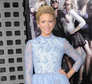 Brittany Snow ose la robe brodée bleu ciel, très rafraichissant !