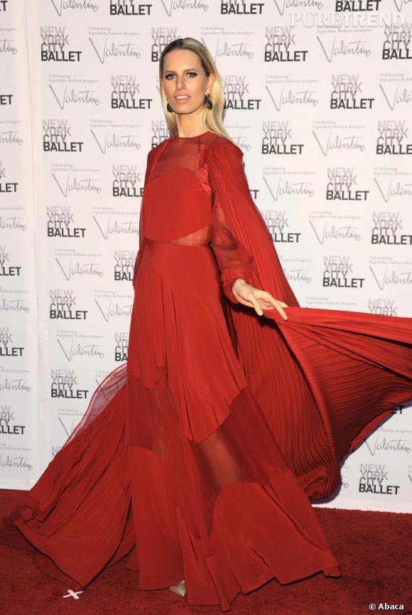 Karolina Kurkova, hypnotique dans sa longue robe à cape rouge...