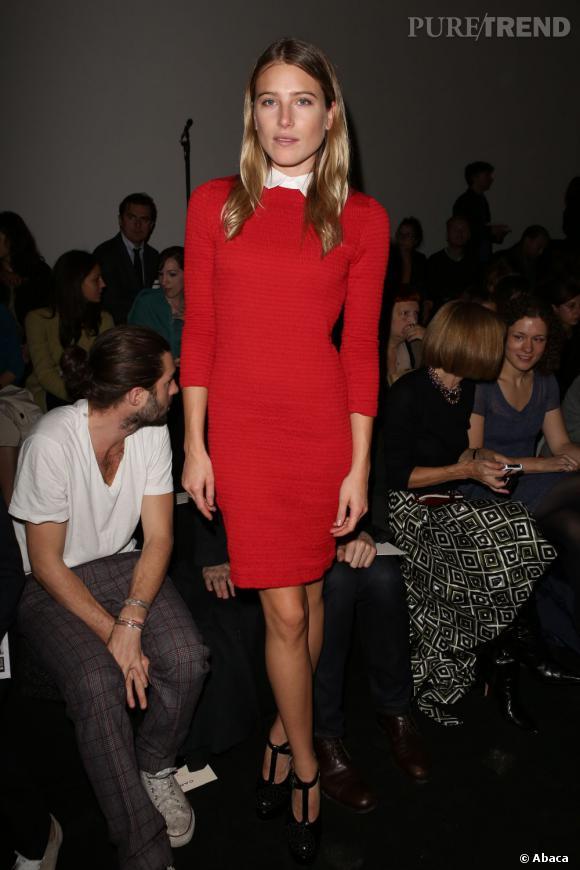 Dree Hemingway a fait honneur au défilé Carven dans une robe mi longue rouge à col chemisier.