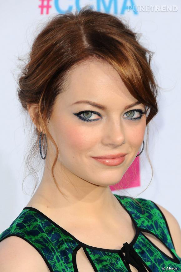 Emma Stone ose l'eyeliner coloré pour faire ressortir la couleur de ses yeux...