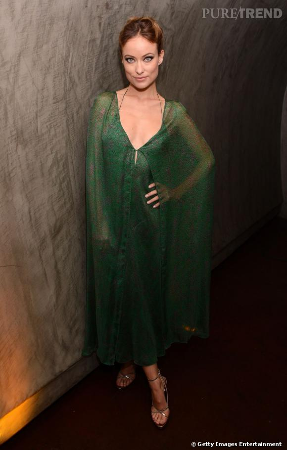 Olivia Wilde prend des airs de jolie nymphe dans sa robe émeraude Calvin Klein.