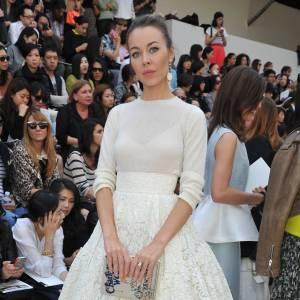 Ulyana Sergeenko, divine dans une robe immaculée au défilé Chloé.