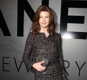 Linda Evangelista reste fidèle au tailleur Chanel.