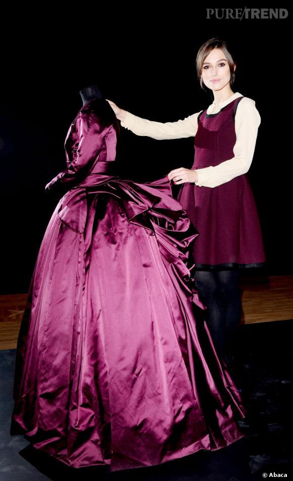 Keira Knigthley présente une des robes d'Anna Karenine qui sera présentée lors de l'exposition à Londres sur les costumes d'Hollywood...