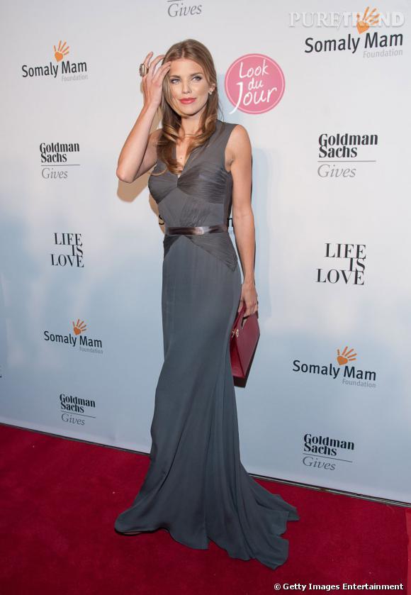 """Annalynne McCord prend la pose pour le gala """"Life is Love"""", divine dans une longue robe grise..."""