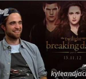 """Robert Pattinson se confie sur le plateau du """"Kyle and Jakie O Show""""."""