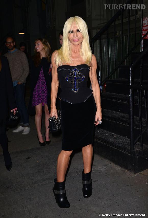 Donatella Versace reste dans le thème de la soirée, cuir et noir.