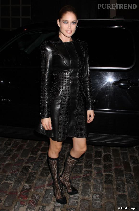 Doutzen Kroes dans un ensemble veste jupe en cuir Versace Automne-Hiver 2012/2013 piqué de cristaux.