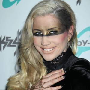 Kesha a légèrement abusé de l'ombre à paupières.