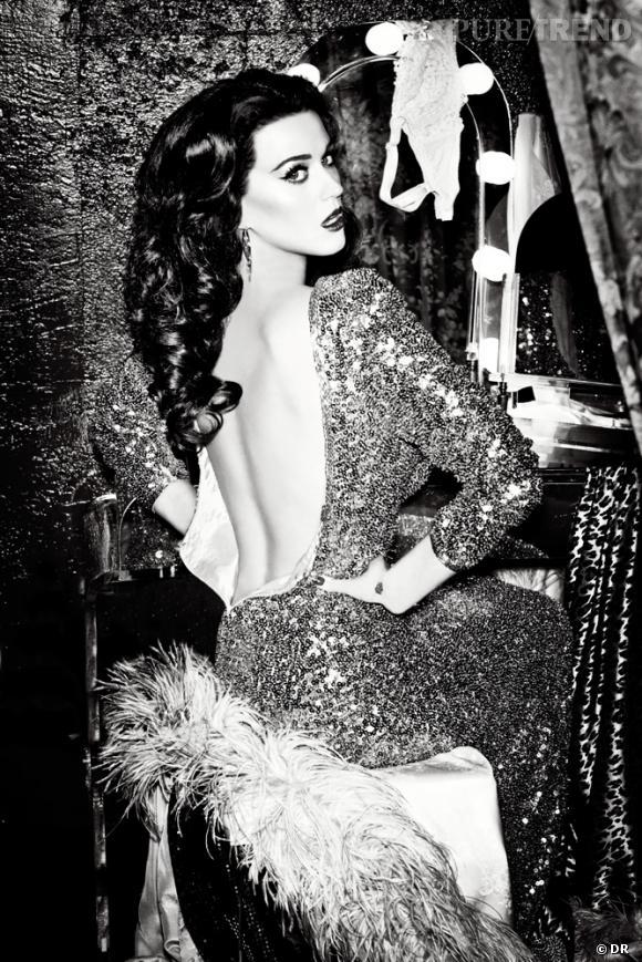 Les boucles rétros mettent en valeur la robe dos-nu de Katy Perry dans la dernière campagne Ghd.