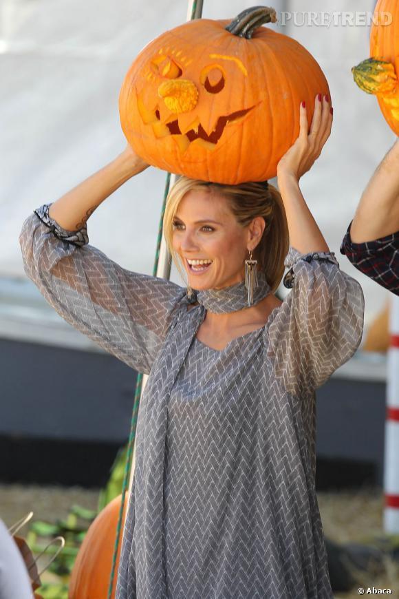 Heidi Klum se retrouve du coup avec des citrouilles sur les bras.