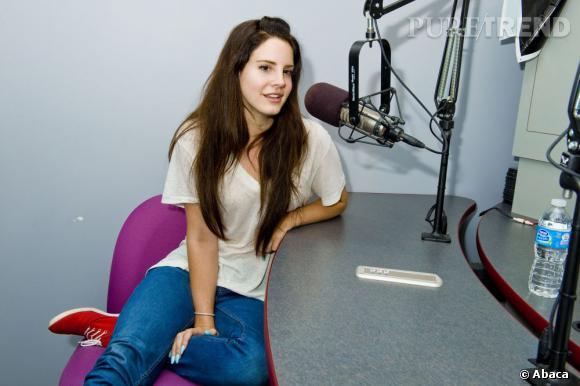 Lana Del Rey n'aurait pas pu faire plus simple... Un jean, un t-shirt, et voilà la star prête à être interviewée.