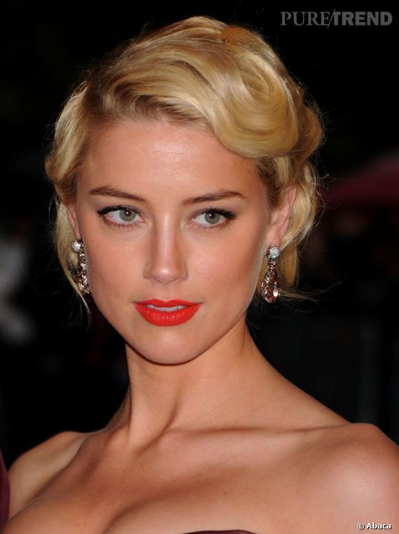 Connue pour ses looks de femme fatale sur le tapis rouge, Amber Heard craque pour le chignon rétro.