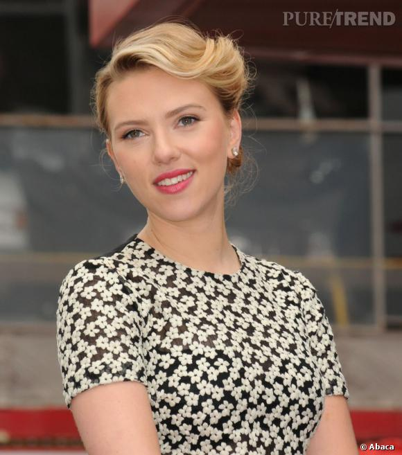 En matière de chignon, Scarlett Johansson affiche un net penchant pour le détail vintage.