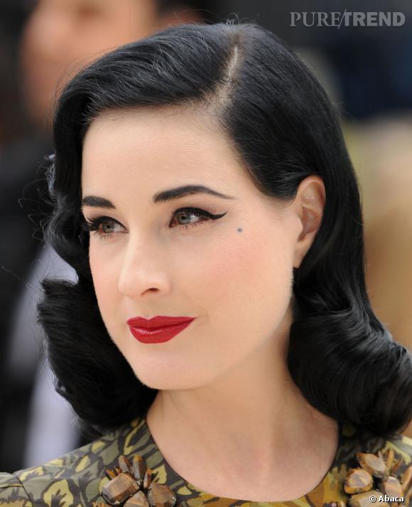 Fer de lance de la tendance rétro à Hollywood, Dita Von Teese est abonnée aux brushings bouclés très glamour.