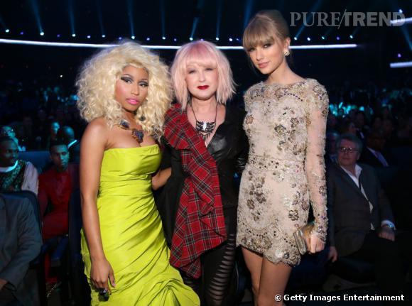 Nicki Minaj et Taylor Swift entourent Cyndi Lauper.
