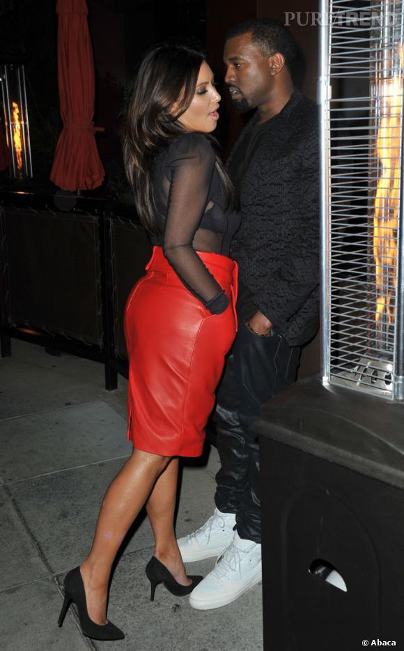 Kim Kardashian, sexy et sauvage dans sa jupe en cuir rouge, en profite pour séduire Kanye West.