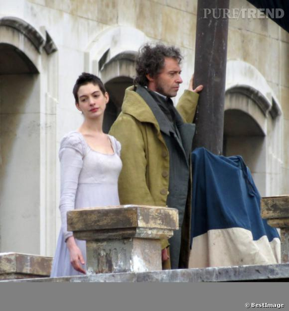 """Anne Hathaway, très amaigrie et avec sa coupe courte sur le tournage du film """"Les Misérables""""."""